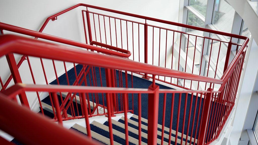 corrimão de metal pintado para escadarias